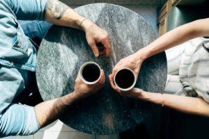 Gesprächsthemen mit Freunden finden